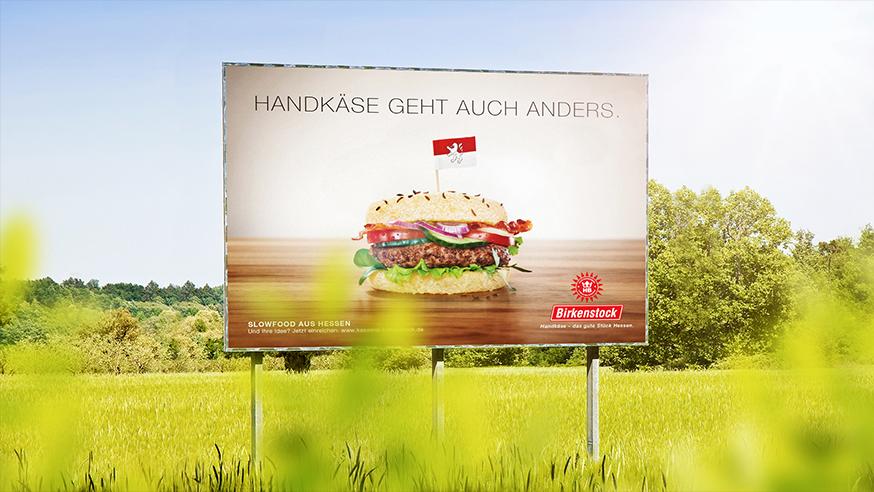 Werbewand mit einem Handkäseburger und Titel: Handkäse geht auch anders.